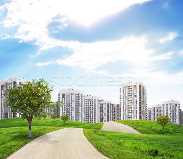 Weg groene heuvels leidend stad weinig Stockfoto © cherezoff