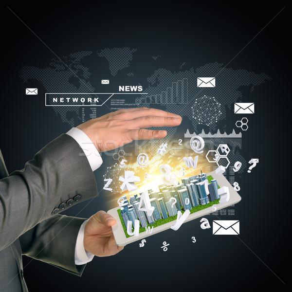Człowiek ręce działalności miasta ekran dotykowy Zdjęcia stock © cherezoff