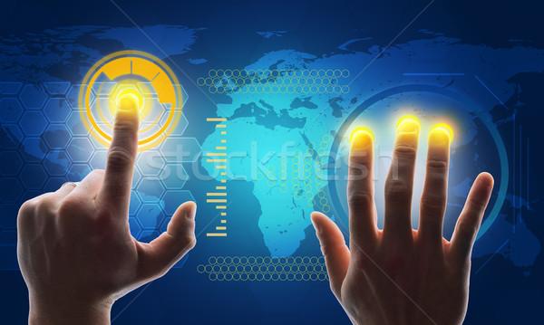 Foto stock: Mãos · tocante · azul · tela · mapa · do · mundo