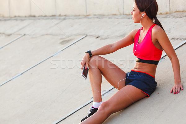 ストックフォト: 座って · ランナー · 女性 · リスニング · 音楽 · 画像