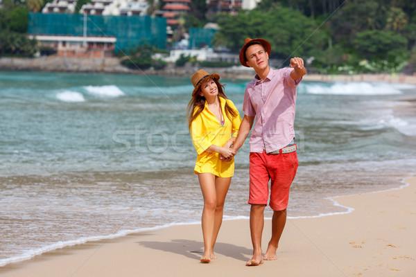 Playa Pareja caminando romántica viaje luna de miel Foto stock © chesterf