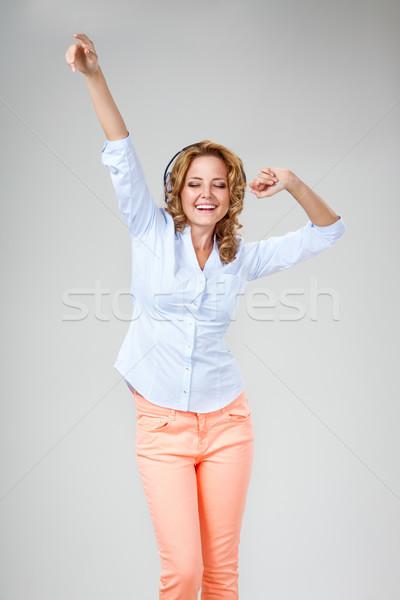 Сток-фото: женщину · наушники · радостный · серый