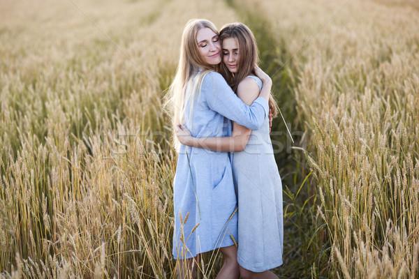 Hermosa jóvenes madre hija campo de trigo adolescente Foto stock © chesterf