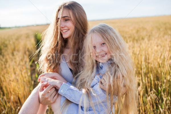 Uno sorella un altro grano oro campo Foto d'archivio © chesterf