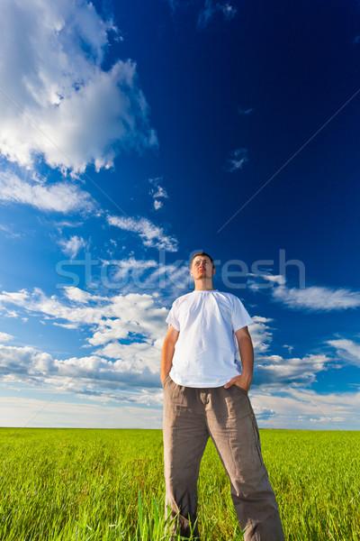 Uomo guardando lontano via piedi verde Foto d'archivio © chesterf