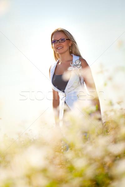 Mujer de negocios pie campo flores nina primavera Foto stock © chesterf