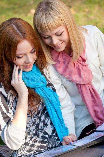 Kettő boldog nővérek fényképalbum park ül Stock fotó © chesterf