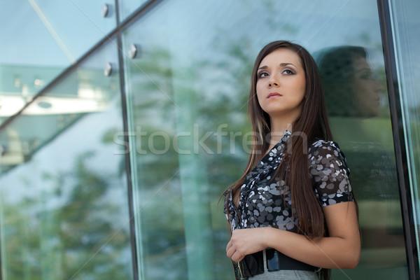 Seriamente donna guardando fotocamera bruna piedi Foto d'archivio © chesterf