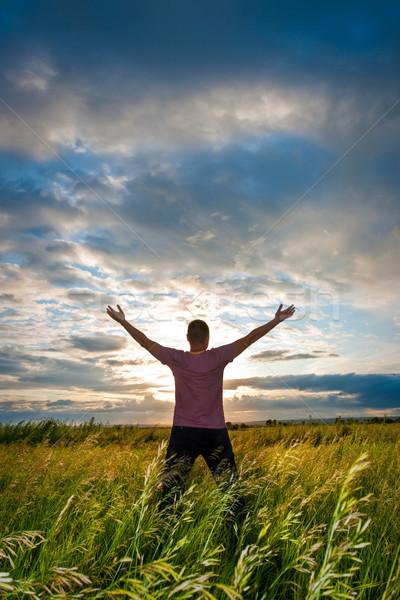 Vrijheid zin man omhoog handen Stockfoto © chesterf