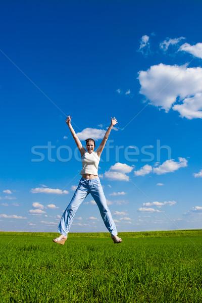 Saltar cielo azul mujer sonrisa feliz Foto stock © chesterf