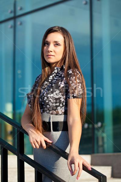 Kobieta stałego klatka schodowa szkła ściany brunetka Zdjęcia stock © chesterf