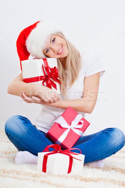 Stock fotó: Szőke · nő · tart · ajándék · doboz · ül · szőnyeg · lány