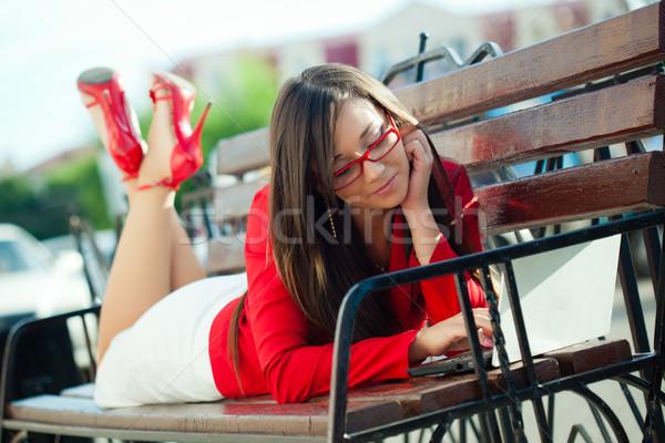 Işkadını bank dizüstü bilgisayar netbook'lar açık havada Stok fotoğraf © chesterf