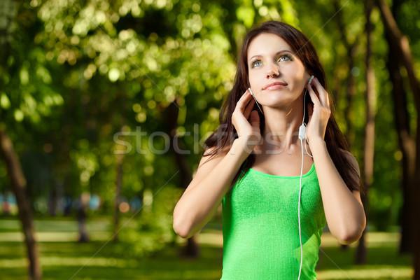 Brunetka kobieta cieszyć się muzyki szczęśliwy lata Zdjęcia stock © chesterf