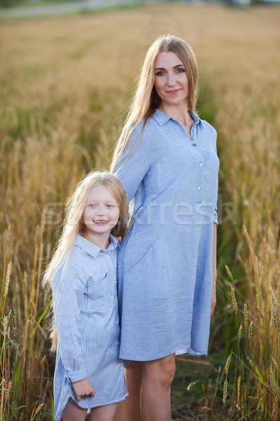 Belo jovem mãe filha campo de trigo pôr do sol Foto stock © chesterf