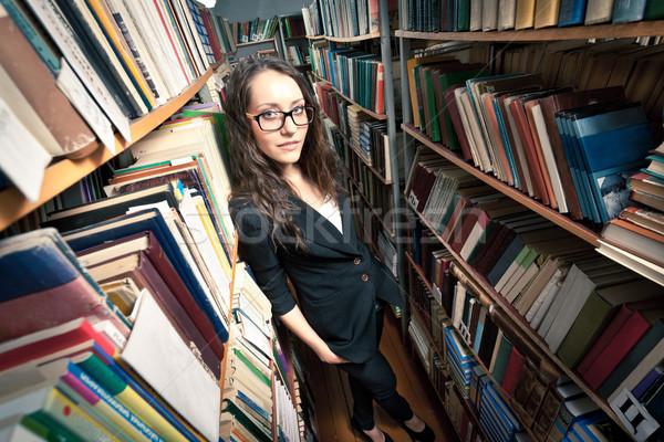 Barna hajú nő könyvtár visel szemüveg áll Stock fotó © chesterf