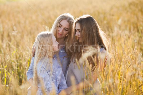 Hermosa jóvenes madre campo de trigo mujer Foto stock © chesterf