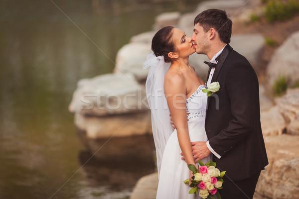 Сток-фото: пару · Постоянный · озеро · камней · целоваться