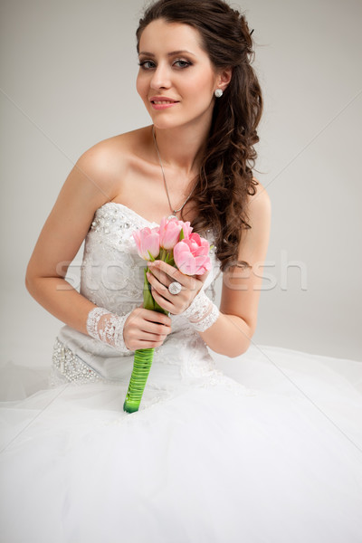 Mooie bruid vergadering vloer brunette bloemen Stockfoto © chesterf