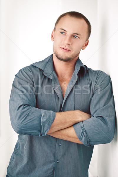 Man permanente muur sterke witte mode Stockfoto © chesterf
