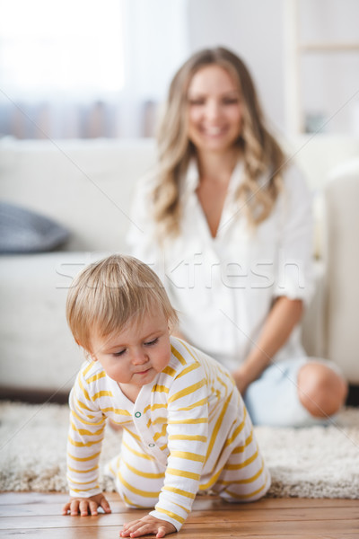 Kúszás baba fiú nappali padló második Stock fotó © chesterf