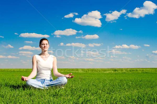 Méditation prairie ciel bleu femme ciel sourire Photo stock © chesterf