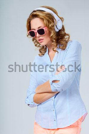 Сток-фото: женщину · наушники · Солнцезащитные · очки · белый