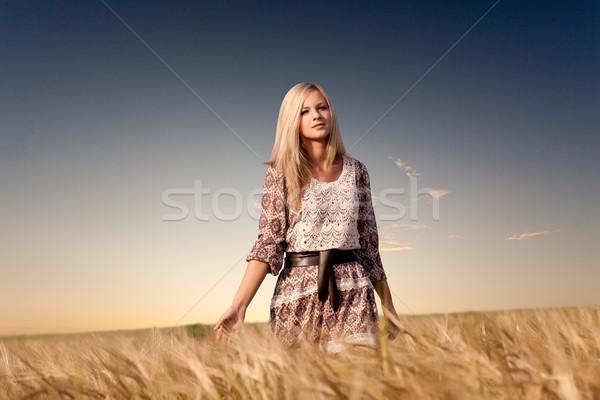 女性 徒歩 麦畑 美人 女性 ファッション ストックフォト © chesterf
