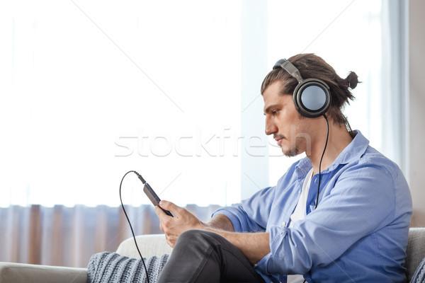 Foto stock: Bonito · cara · ouvir · música · internet · comprimido · escuro
