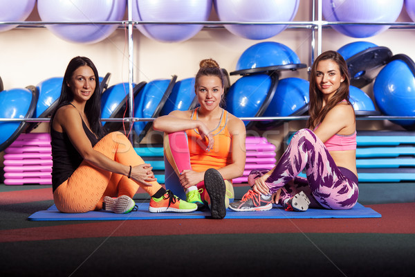 Femmes gymnase posant souriant groupe Photo stock © chesterf