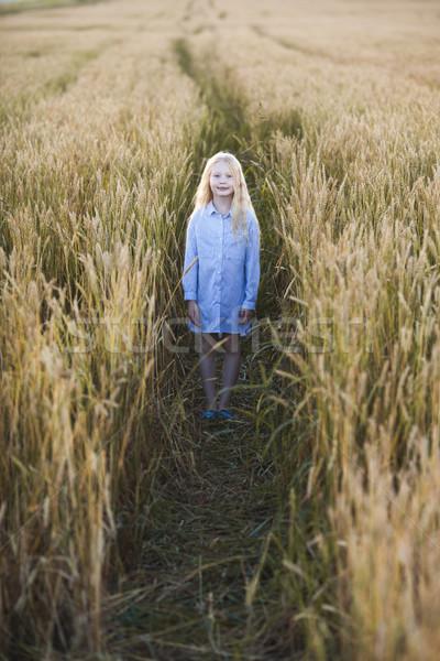 Nina campo de trigo feliz pequeño pie Foto stock © chesterf