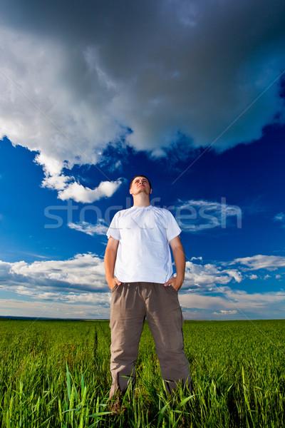 Uomo guardando lontano via piedi campo Foto d'archivio © chesterf