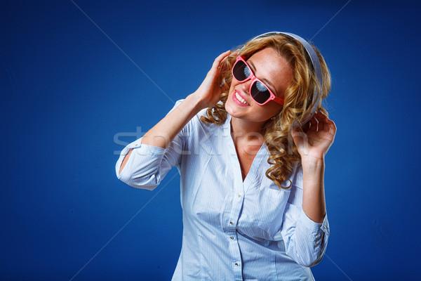 Сток-фото: женщину · наушники · Солнцезащитные · очки · улыбка · вечеринка