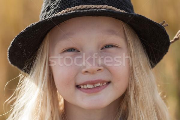 Nina campo de trigo feliz pequeño pelo largo Foto stock © chesterf
