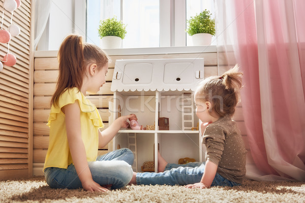 Mädchen spielen Puppe Haus glücklich Schwestern Stock foto © choreograph