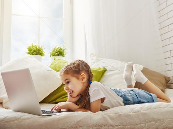 Fille portable enfant petite fille ordinateur portable maison Photo stock © choreograph