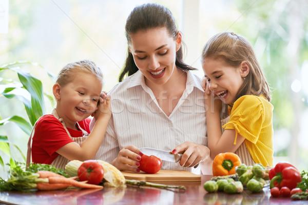 Famille heureuse cuisine aliments sains maison mère enfants Photo stock © choreograph