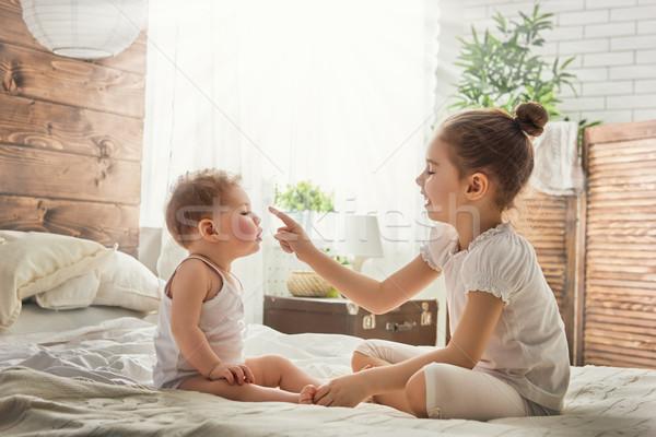 Kettő szerető nővérek aranyos gyermek lánycsecsemők Stock fotó © choreograph