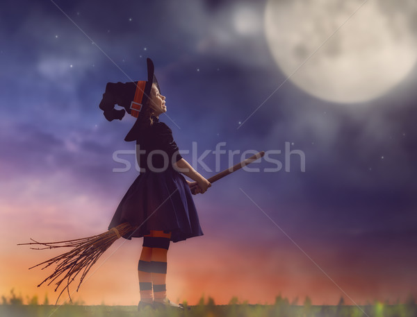 Piccolo strega esterna felice halloween cute Foto d'archivio © choreograph