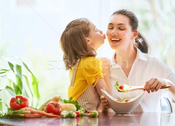 Stok fotoğraf: Mutlu · aile · mutfak · sağlıklı · gıda · ev · anne · çocuk
