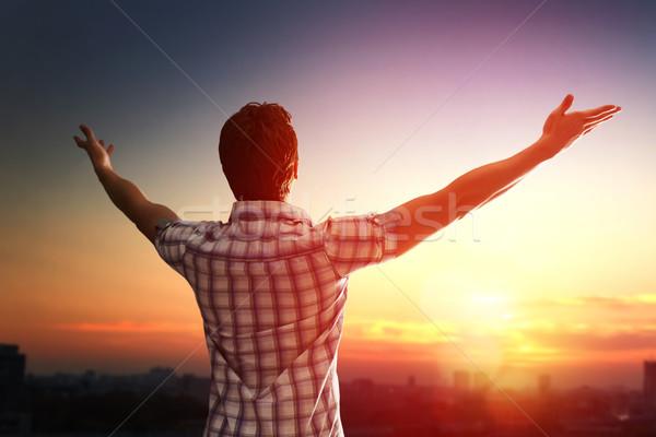 Sikeres férfi felfelé néz égbolt naplemente ünnepel Stock fotó © choreograph
