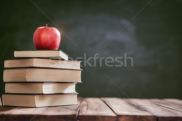 Manzana libros volver a la escuela feliz tiempo Foto stock © choreograph