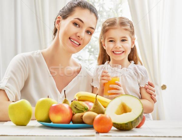 Fruits frais famille heureuse manger femme maison fruits Photo stock © choreograph