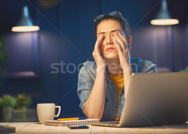 Stock fotó: Nő · dolgozik · laptop · lezser · gyönyörű · nő · éjszaka