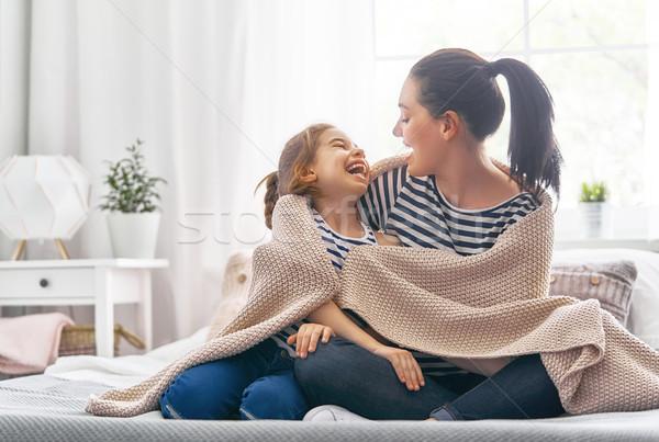 Stok fotoğraf: Aile · oynama · battaniye · güzel · kız · anne
