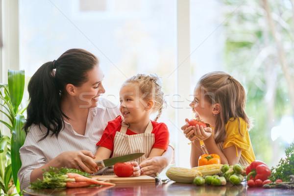 Stok fotoğraf: Mutlu · aile · mutfak · sağlıklı · gıda · ev · anne · çocuklar