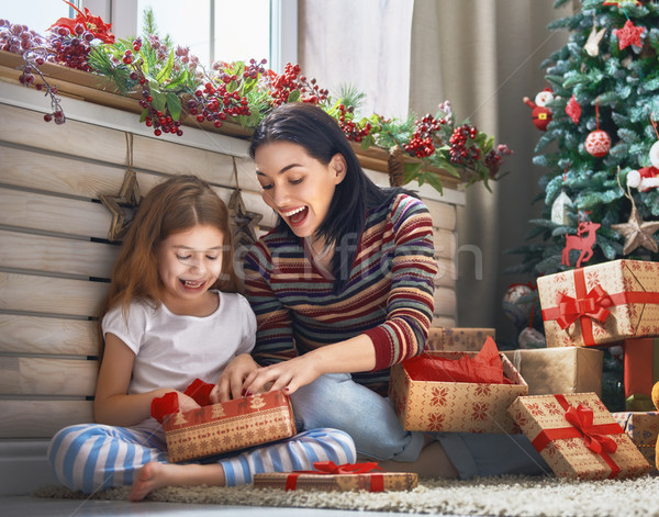 Stok fotoğraf: Anne · kız · hediyeler · neşeli · Noel · mutlu