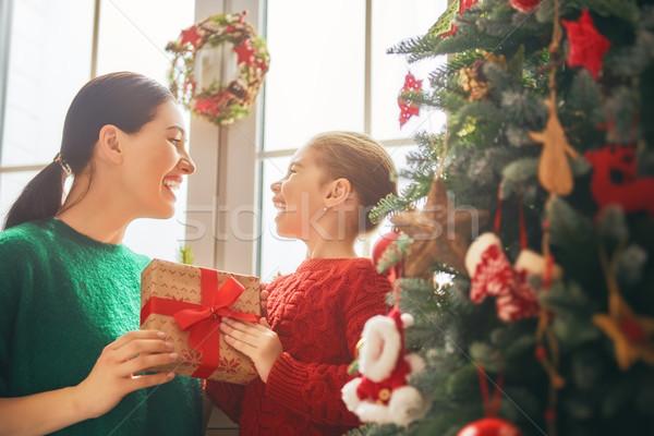 Stock fotó: Anya · lánygyermek · díszít · karácsonyfa · vidám · karácsony