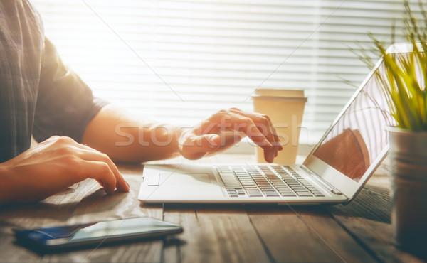 Stockfoto: Persoon · naar · laptop · nadenkend · mannelijke · scherm