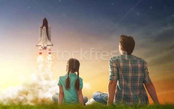 Kijken vliegen ruimteschip vader dochter gelukkig gezin Stockfoto © choreograph